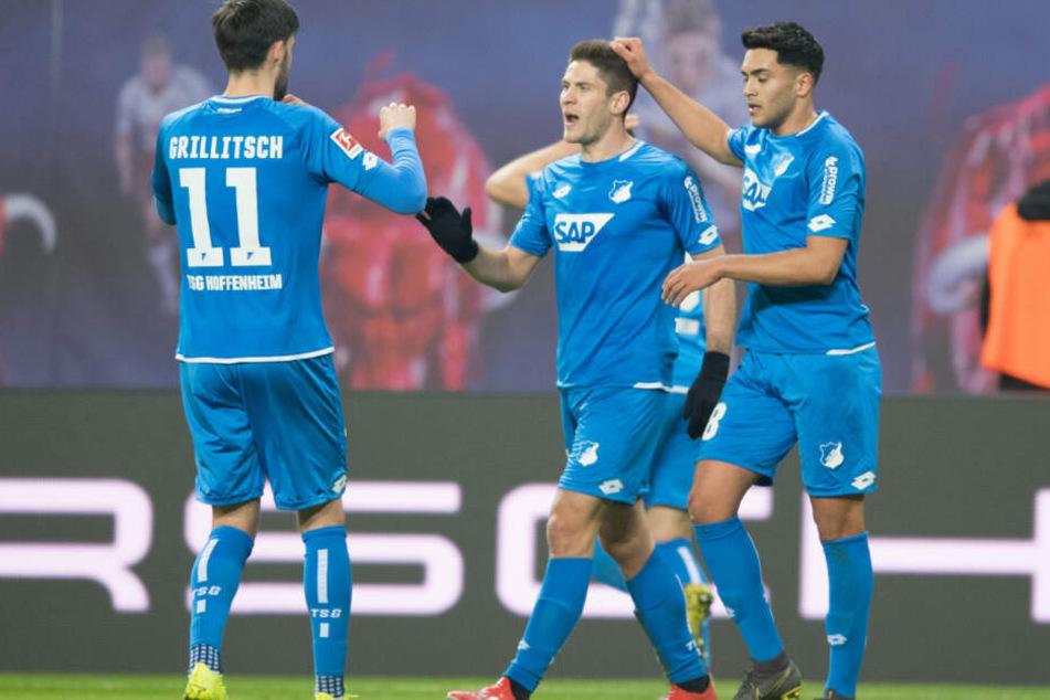 Ishak Belfodil (in der Mitte des Bildes) jubelt mit Florian Grillitsch (links im Bild) und Nadiem Amiri über den 1:0-Führungstreffer.