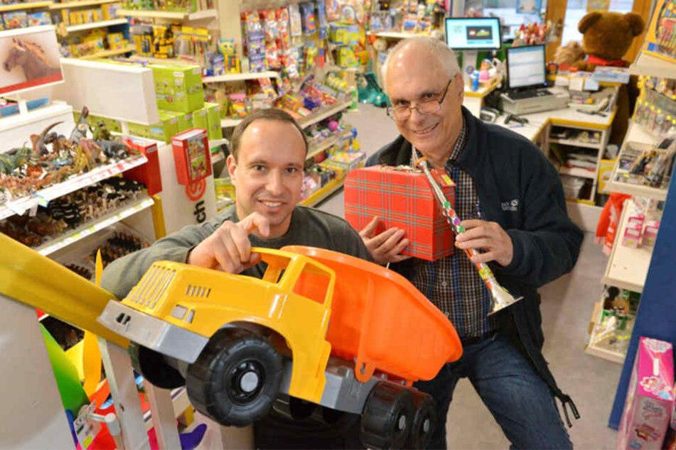 Generationswechsel: In 76 Tagen legt Jörg Loebner (64, r.) die Verantwortung für das älteste Spielwarengeschäft Deutschlands in die Hände seines Sohnes Ingo (41).