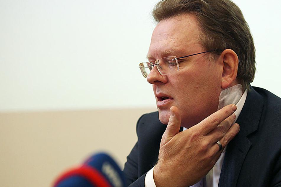 Am Hals wurde der Bürgermeister Andreas Hollstein (CDU) verletzt.