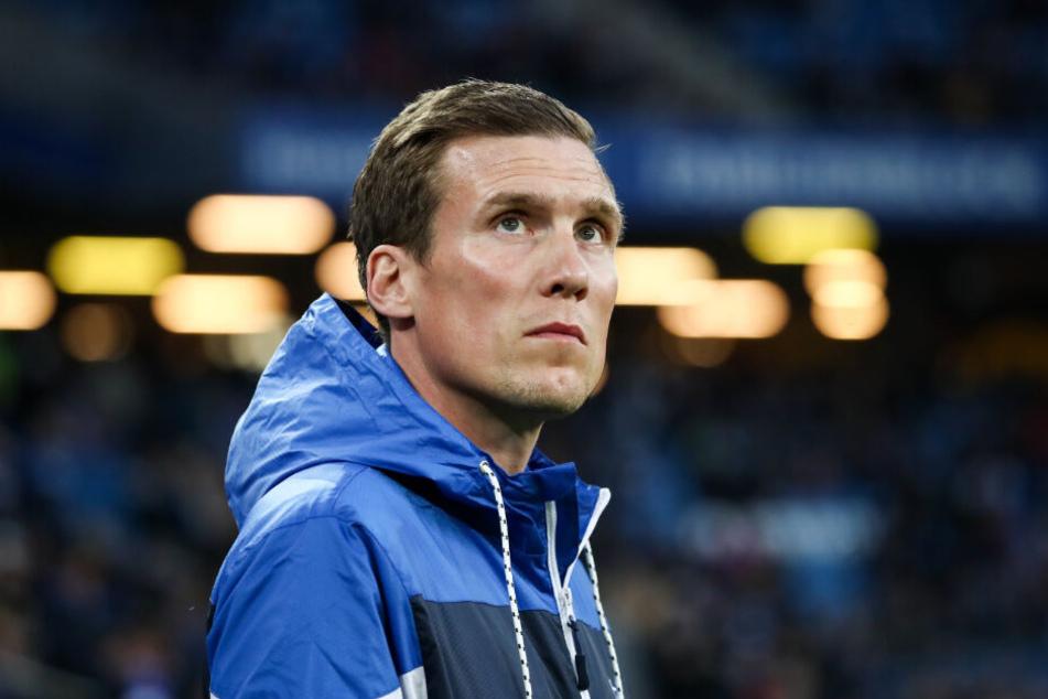 Trainer Hannes Wolf guckt nach dem verpassten Aufstieg ungläubig in die Luft.