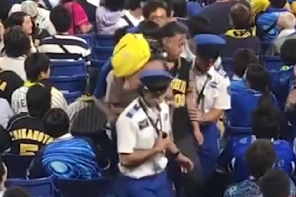 Der aufgebrachte Mann wird vom Sicherheitspersonal begleitet, dann rastet er völlig aus!