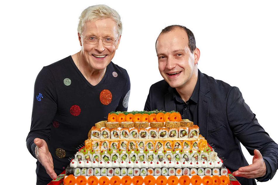 Sushi-Profi Wolle Förster (63, l.) und sein Restaurantleiter Matthias Groß präsentieren die XXL-Sushi-Torte.