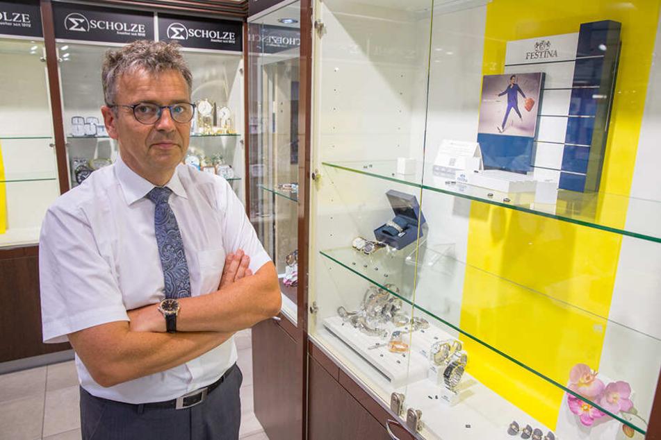 Juwelier Haico Scholze (57) stand nach dem Einbruch im vergangenen Jahr vor leergeräumten Vitrinen. Die Diebe nahmen gezielt nur hochpreisigen Schmuck mit.