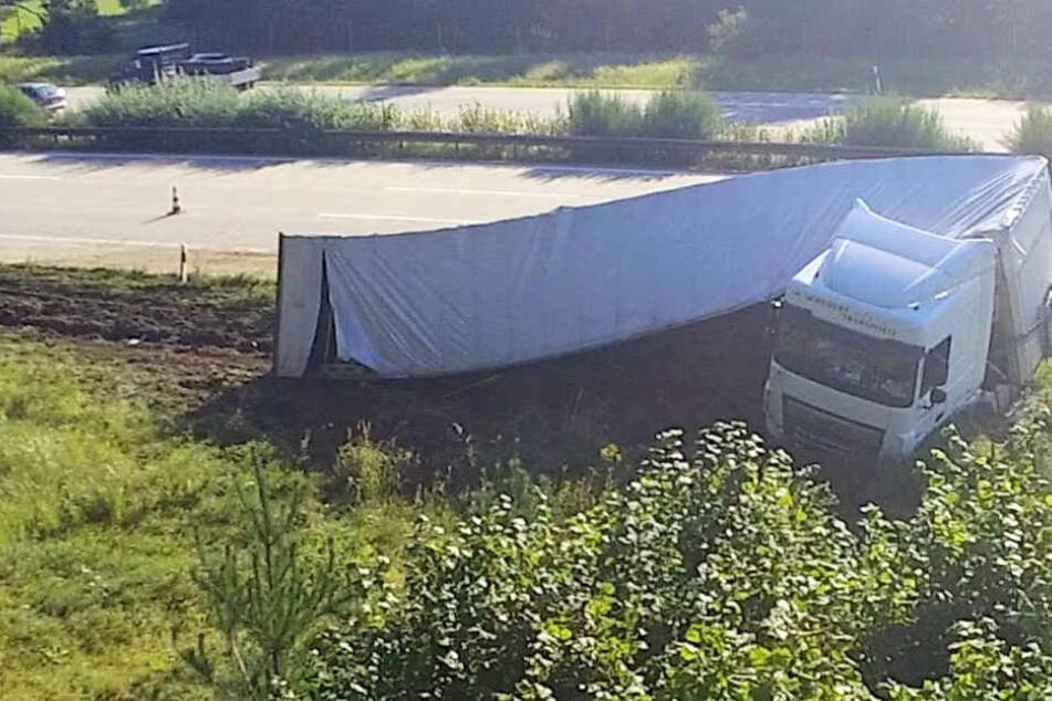 Am frühen Mittwochmorgen landete ein Lkw neben der A9 im Straßengraben.