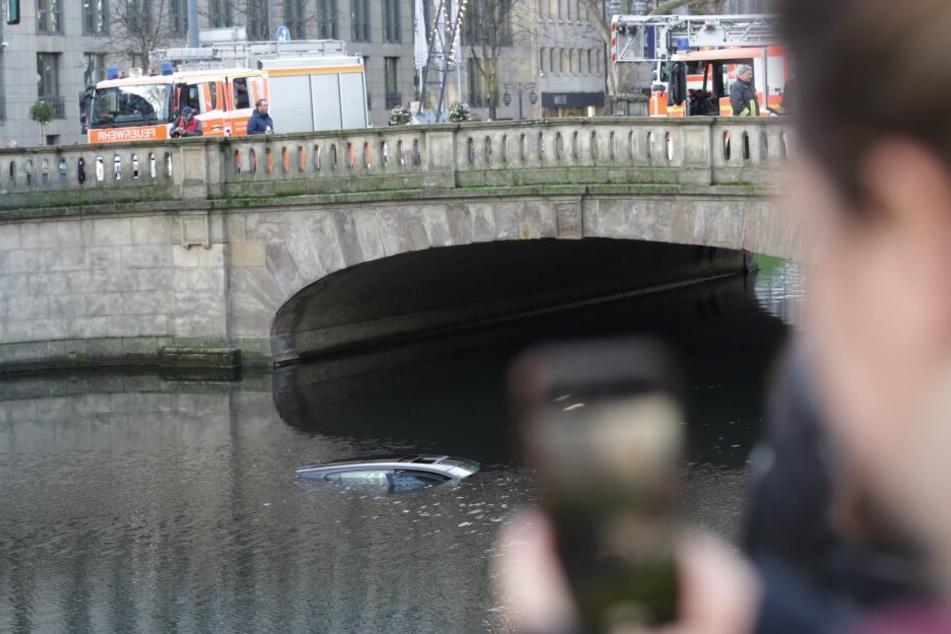 Auto stürzt auf Düsseldorfer Königsallee in Wassergraben!