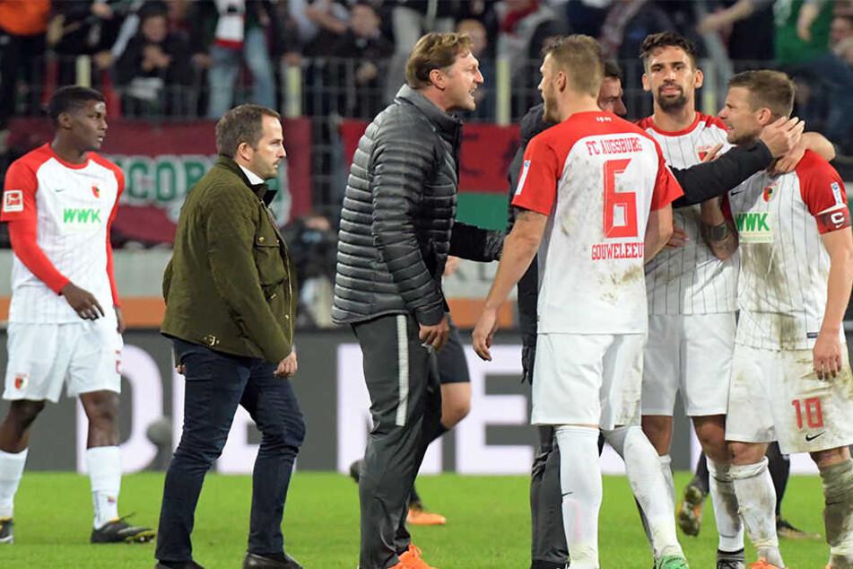 Nach dem Spiel ging Hasenhüttl (3.v.l.) zu Baier (r.) aufs Spielfeld. Die ausgestreckte Hand des Augsburgers lehnte der RB-Coach ab.
