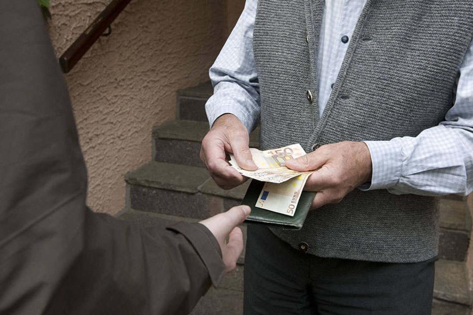 Mehrere tausend Euro wurden dem 90-Jährigen entwendet. (Symbolbild)