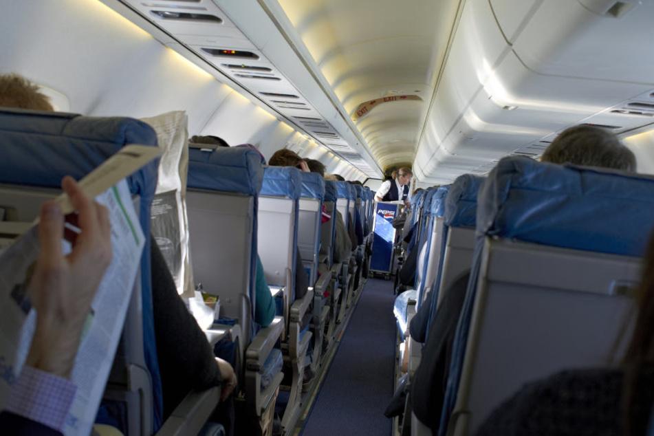 Mehrere Passagiere waren stundenlang im Flugzeug eingesperrt. (Symbolbild)