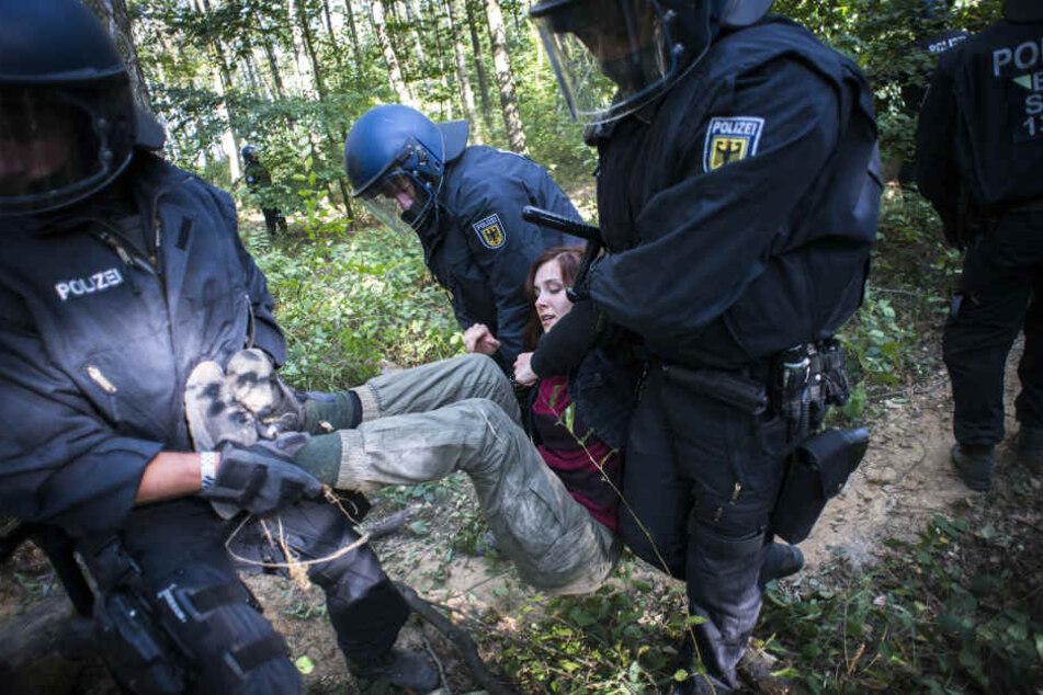 Die Polizei ist mit mehreren Hundertschaften im Hambacher Forst im Einsatz.