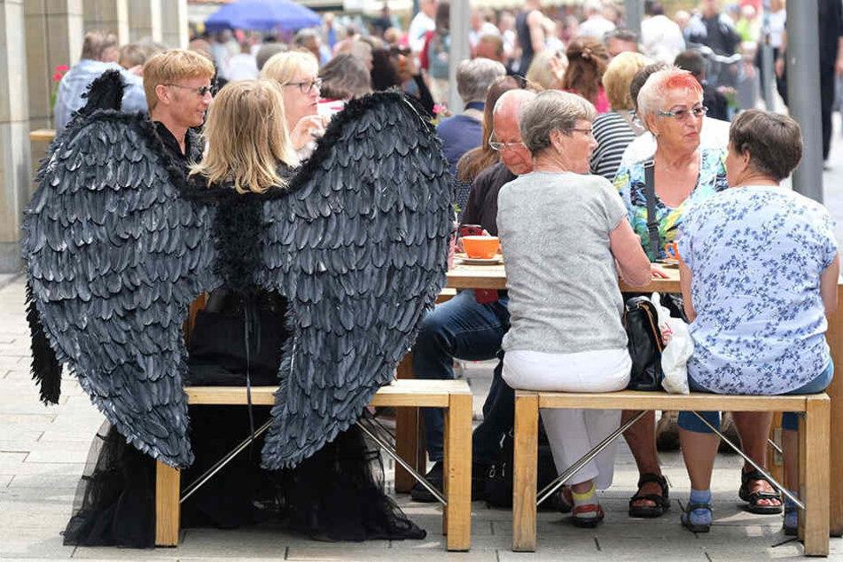 Auch schwarze Engel haben Hunger! In der Innenstadt mischten sich die WGT-Teilnehmer gestern entspannt unters Volk.