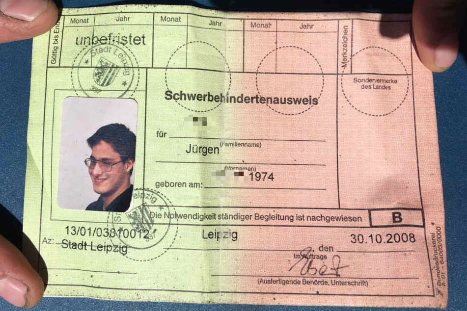 Seinen Schwerbehindertenausweis samt Wertmarke hat Jürgen immer dabei. Doch in der Aufregung bei der Fahrscheinkontrolle konnte der blinde Mann die Marke einfach nicht in seinem Rucksack finden.