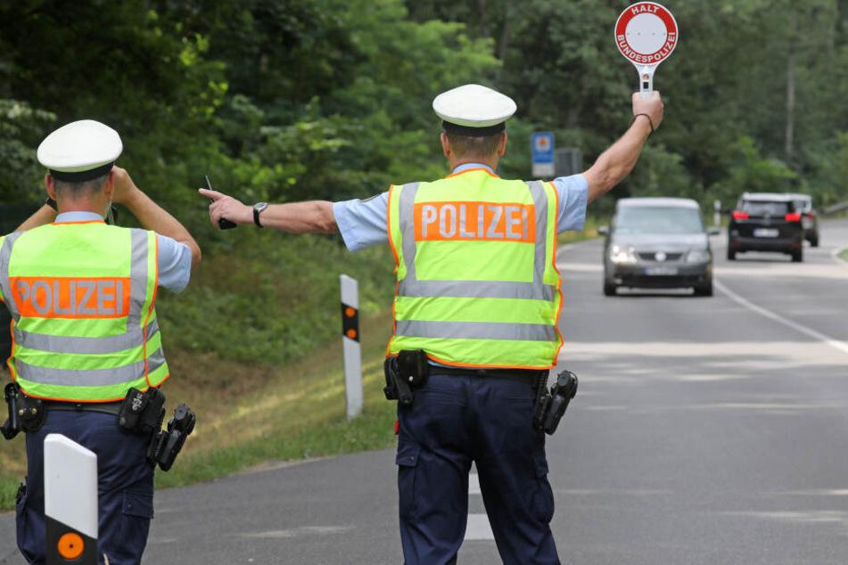 Der Autofahrer war vor einer Polizeikontrolle geflüchtet und hatte dann einen Unfall gebaut (Symbolbild).