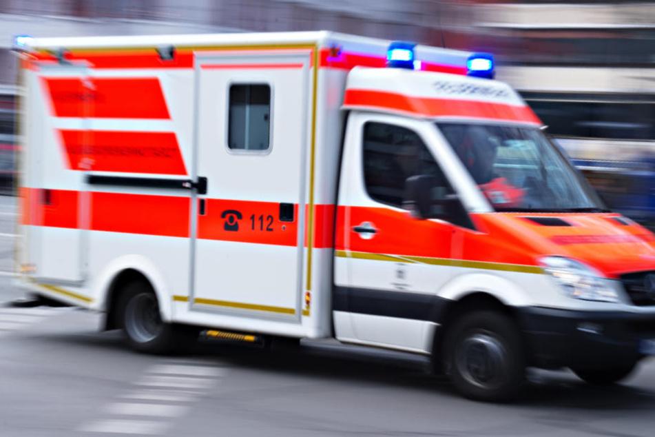 Der Rettungswagen war mit Blaulicht unterwegs, als er mit dem Ford S-Max kollidierte (Symbolbild).