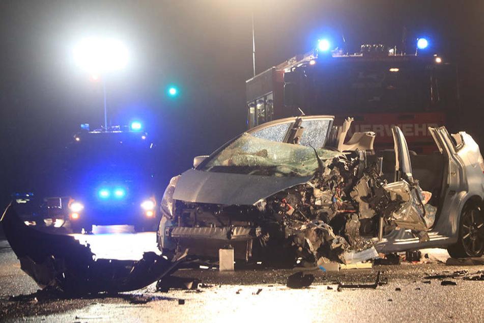 In dem Kleinwagen wurden zwei Frauen eingeklemmt, sie schweben in Lebensgefahr.