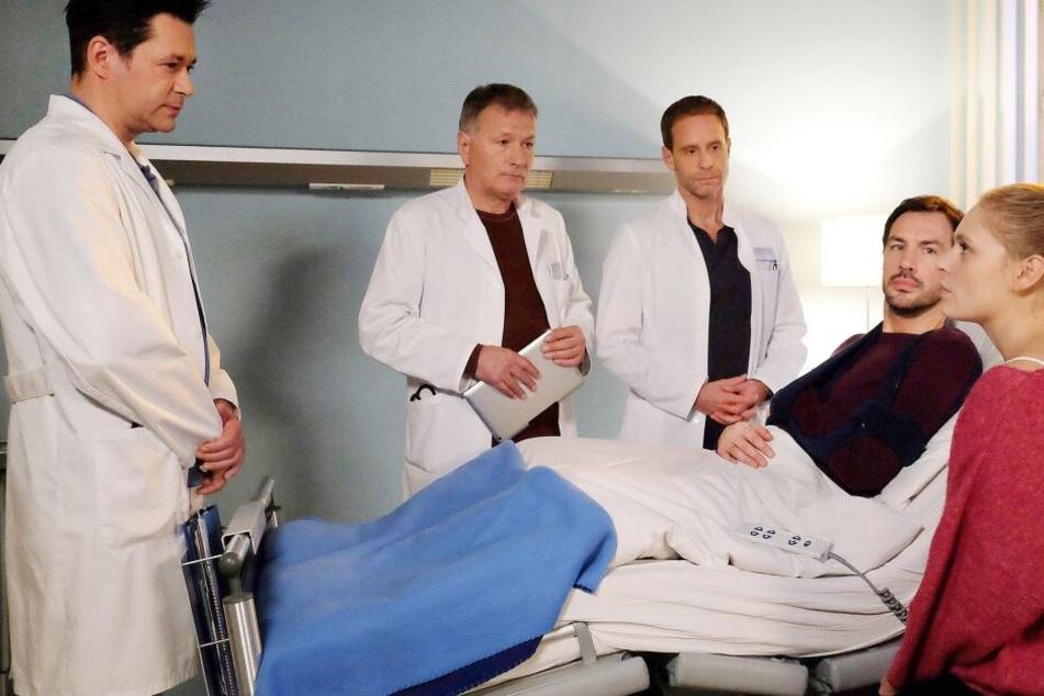 Dr. Philipp Brentano, Dr. Roland Heilmann und Dr. Kai Hoffmann (v.l.n.r.) klären Joscha und seine Frau Viola über die Risiken der Operation auf. Die ist gar nicht begeistert von dem geplanten Eingriff.