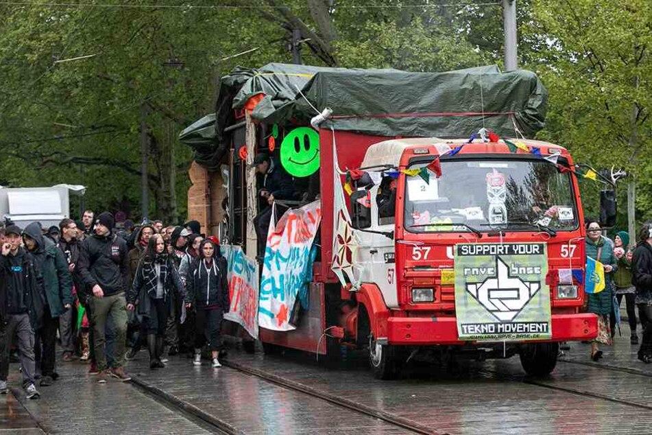 """Bei Veranstaltungen wie der """"Parade der Vielfalt"""" in Dresden waren viele Menschen dabei, was zu Verkehrsbehinderungen in der Stadt führte."""
