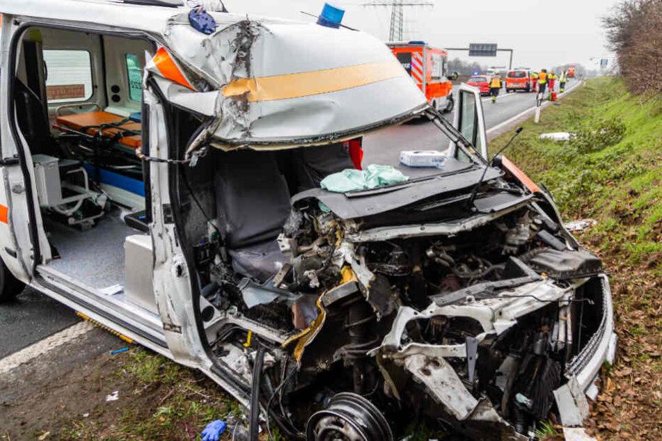 Schwerer Unfall zwischen Rettungswagen und Laster auf der Autobahn