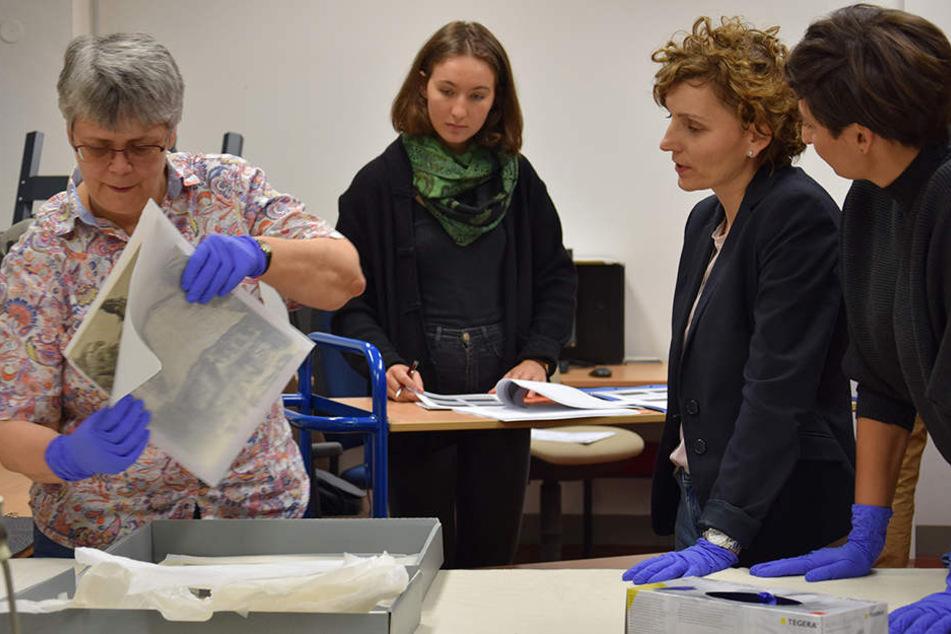 Im Grassi Museum für Völkerkunde Leipzig wurden die Objekte und Fotografien an Vertreter des polnischen Kulturministeriums übergeben.