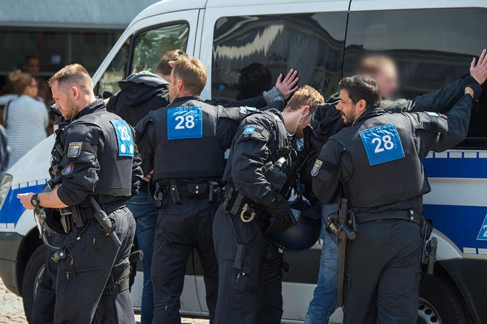 Die Polizei musste mit fünf Streifenwagen anrücken, um die Lage unter Kontrolle zu bekommen. (Symbolbild)