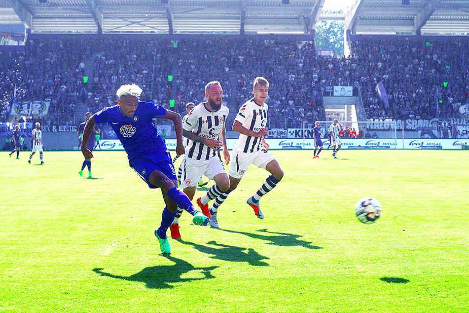 Emmanuel Iyoha bot gegen den FC St. Pauli eine ganz starke Leistung. Hier hat er kurz vor seiner Auswechslung die Chance, sogar sein erstes Liga-Tor für die Auer zu erzielen, vergibt die Möglichkeit aber.