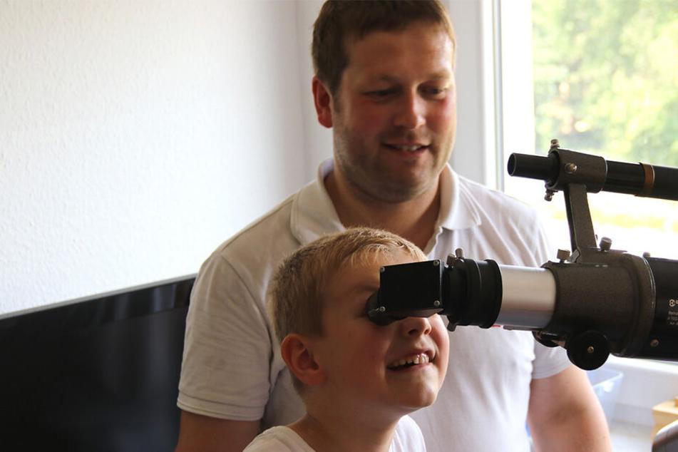 Teleskop-Kunde für den Nachwuchs: Wissenschaftler Roland Beyer mit Emil (6).