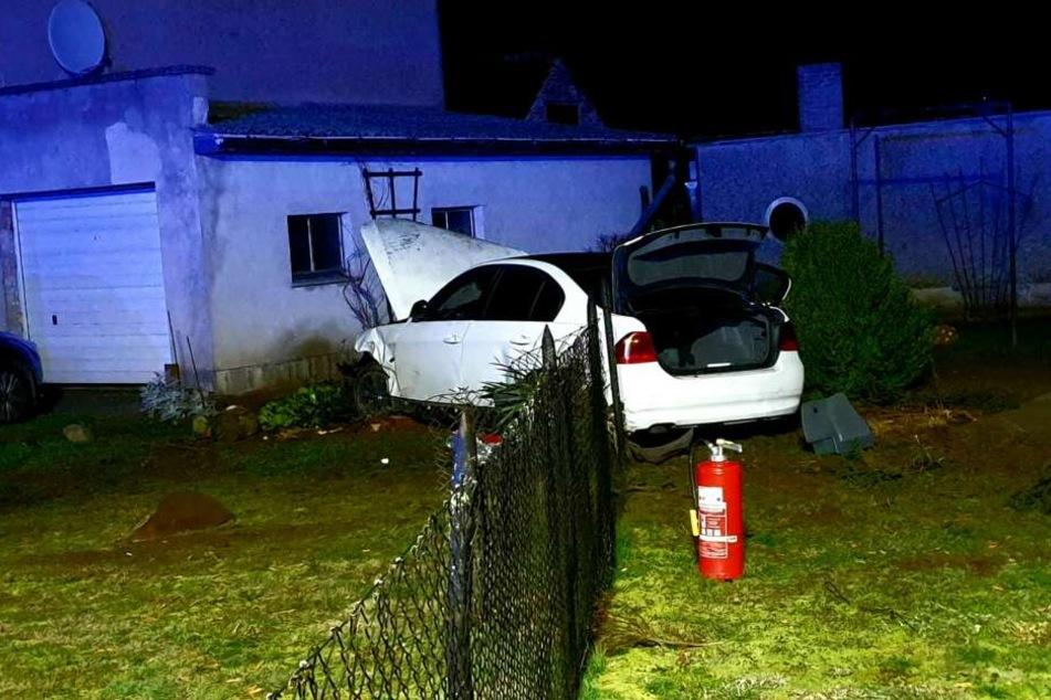 Ein Autofahrer hat im brandenburgischen Oberkrämer einen schweren Unfall gebaut.