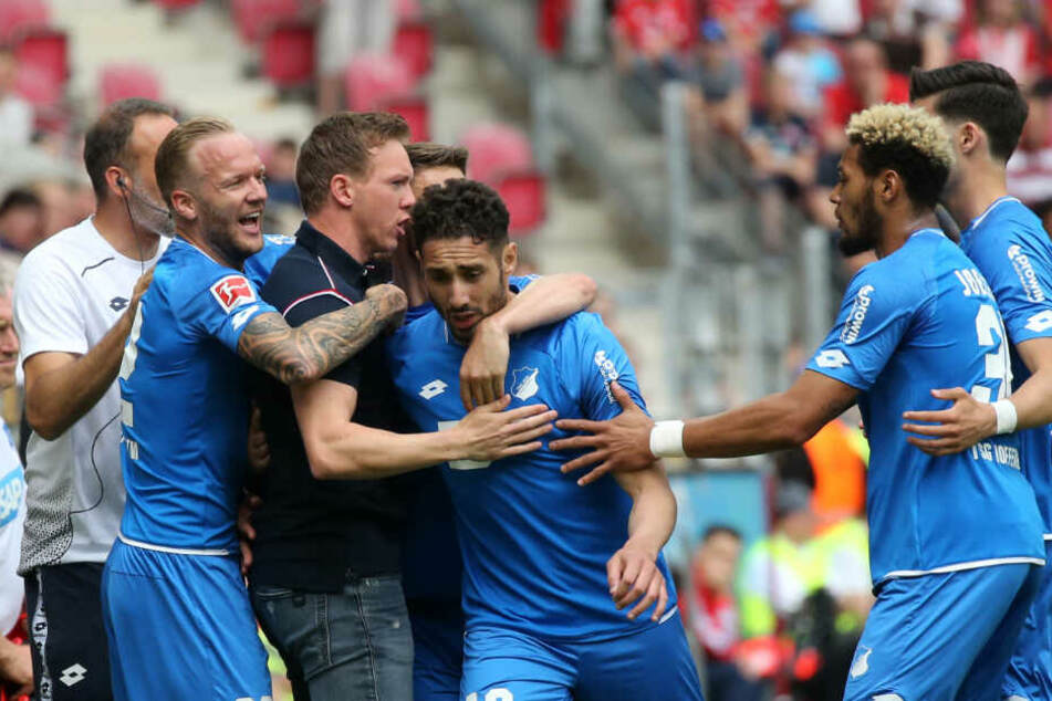 Ishak Belfodil (Mitte des Bildes) bejubelt mit Trainer Julian Nagelsmann und seinen Mannschaftskollegen die 1:0-Führung.