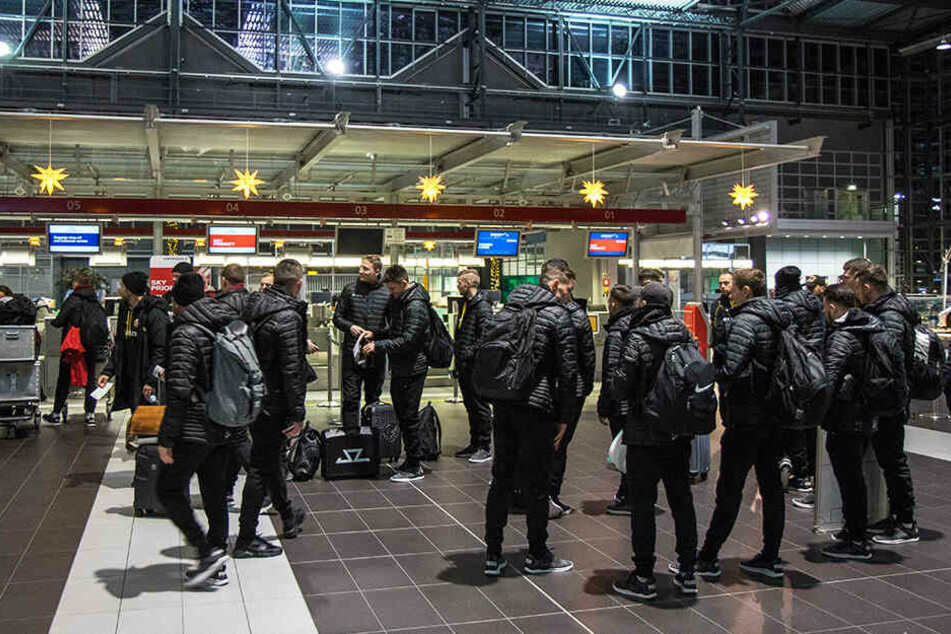 In aller Herrgottsfrühe checkten die Dynamos auf dem Dresdner Flughafen ein, starteten dann auch noch mit einer Stunde Verspätung.