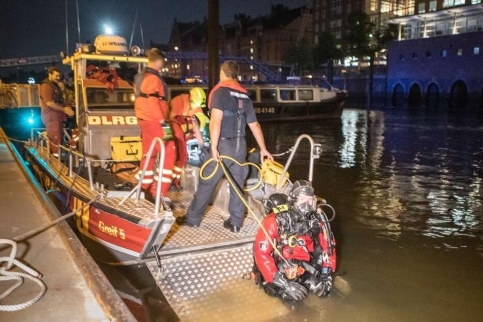 Boote und Taucher suchten die ganze Nacht nach dem Vermissten.