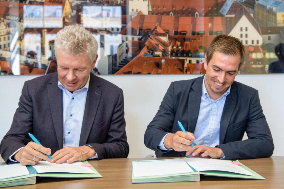 Dieter Reiter (SPD - l), Oberbürgermeister von München, und Philipp Lahm, ehemaliger Profi-Fußballspieler, unterschreiben im Amtszimmer des Oberbürgermeisters Reiter (SPD) einen Botschaftervertrag für die UEFA Euro 2020.
