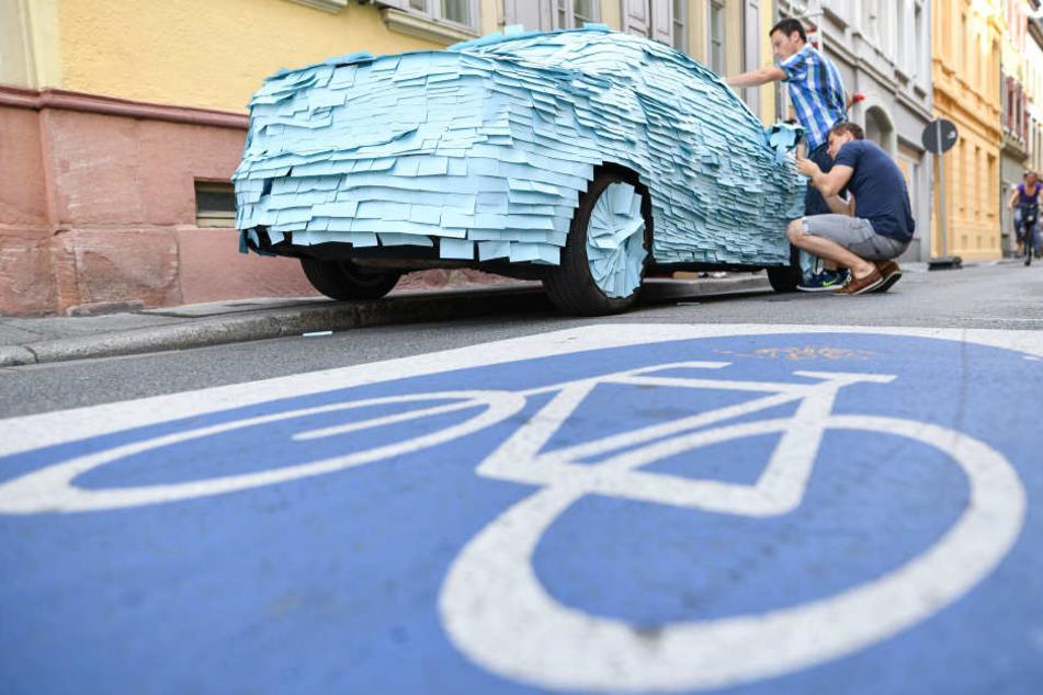 Dieser Falschparker fand sein Auto mit lauter Post-It Zetteln beklebt vor.