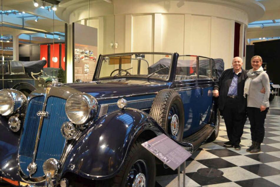 Macht derzeit Urlaub in Bad Elster und besuchte am Montag das Zwickauer Horch-Museum: TV-Star Rainer Calmund (68), hier mit Museumssprecherin Annett Kannhäuser (48).