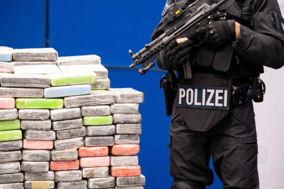 Der Mega-Fund wird bei der Präsentation von schwer bewaffneten Spezialkräften bewacht.