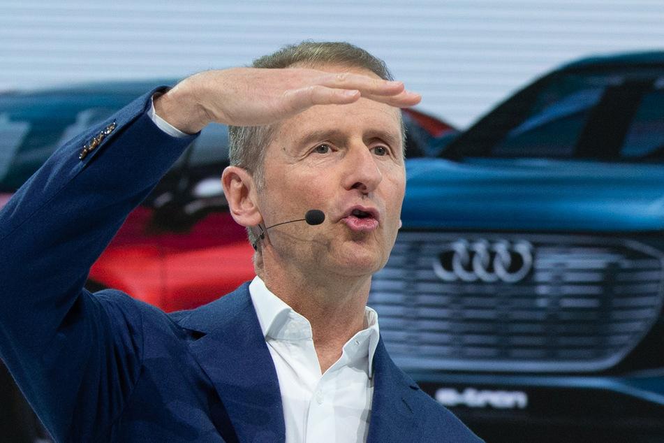 Für VW-Vorstand Herbert Diess (62) gibt es noch einiges zu tun: Auch Dieselfahrern, die ihr Schadstoff-Auto schon verkauft haben, muss eine Entschädigung gezahlt werden.