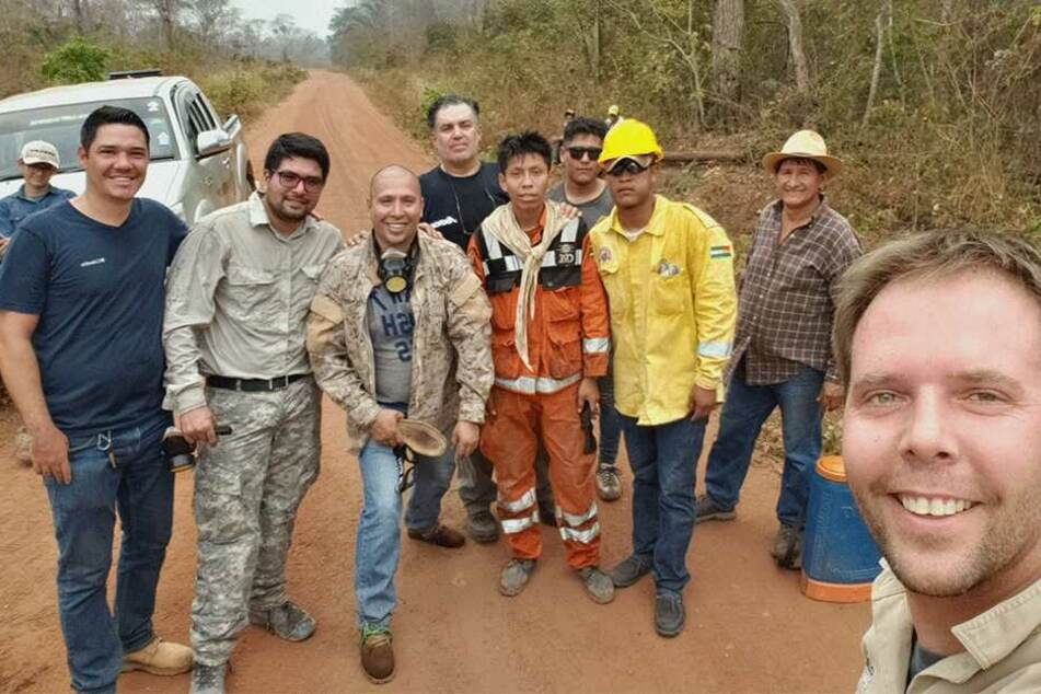 Ein Sachse kämpft gegen die Flammen im Regenwald