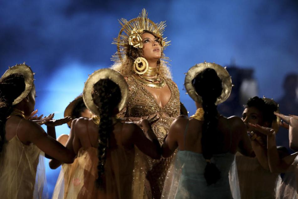 Mit einer beeindruckenden Performance hat die schwangere R&B-Sängerin Beyoncé bei den Grammy-Awards auf die Rolle von Frauen und Müttern aufmerksam gemacht.