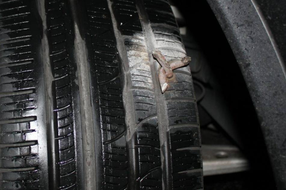 Due unbekannten Täter warfen etwa 25 solcher Metallkrallen im Bereich einer Autobahnabfahrt auf die Straße und konnten entkommen.