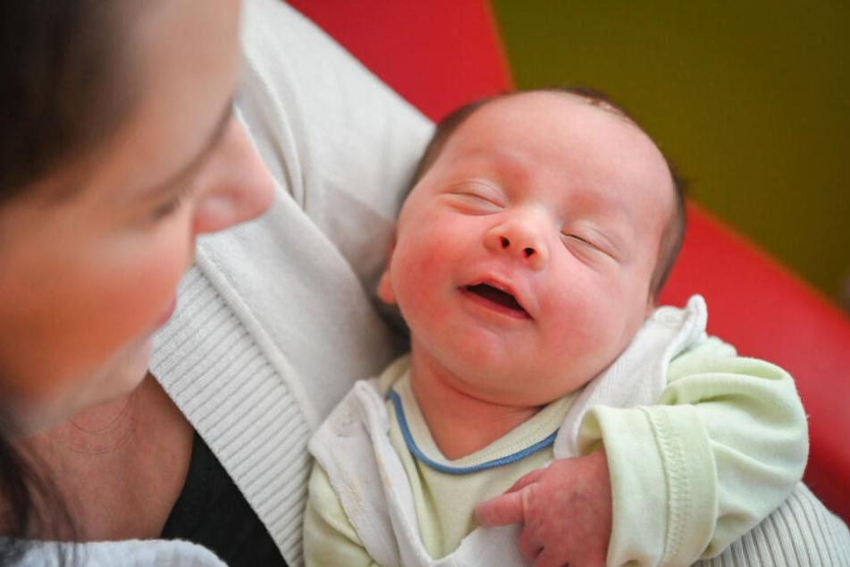Geburt setzt zu früh ein: Frau gebärt Baby in der Wanne, Feuerwehr bricht Tür auf