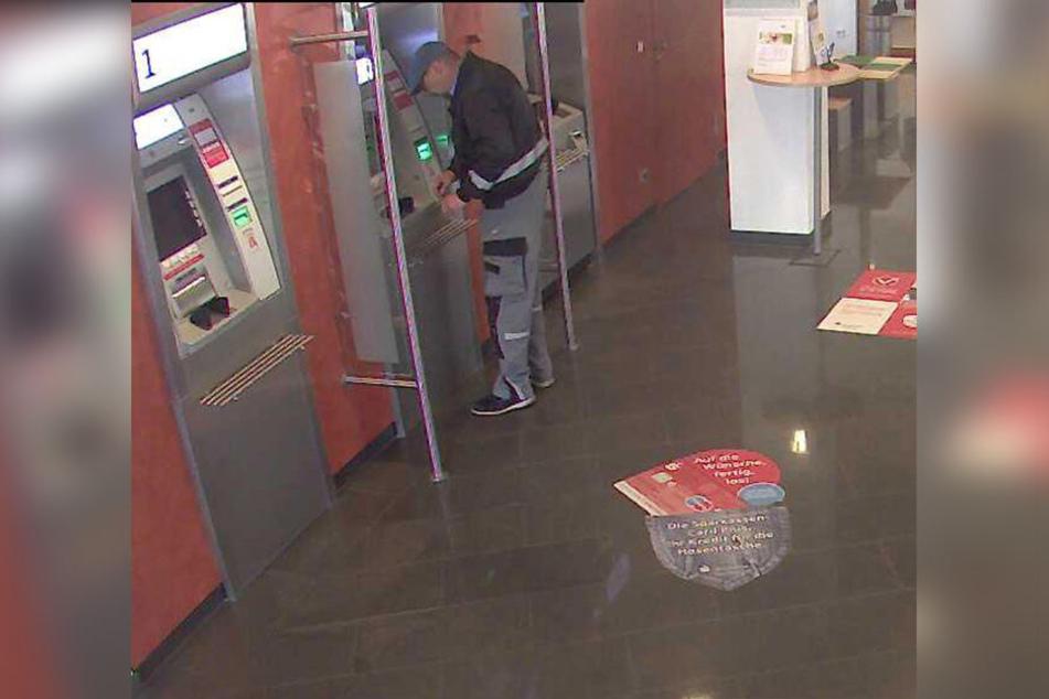 An einem Geldautomaten hob der Täter unberechtigter Weise Geld ab.