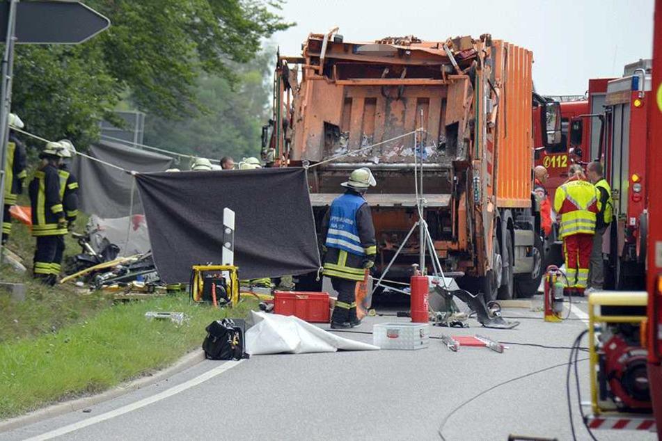 Müllwagen zerquetscht Auto: Familie mit zwei Kindern getötet!