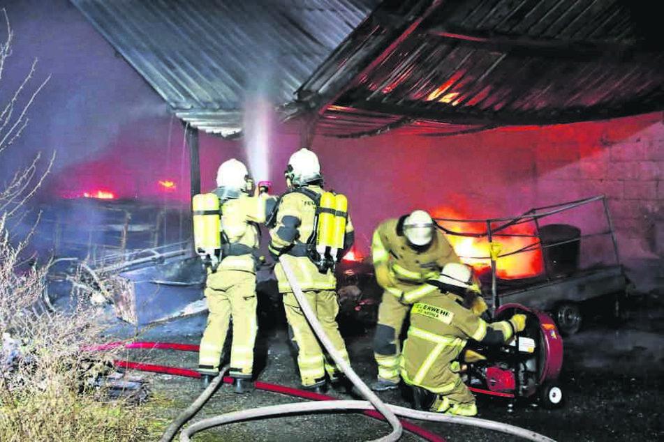 Die Feuerwehr konnte verhindert, dass das Feuer auf das Wohnhaus übergreift.