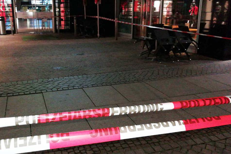"""Auch die Seiteneingänge des Einkaufszentrums """"Höfe am Brühl"""" waren abgesperrt."""
