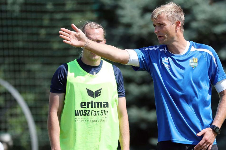 Der Trainer gibt die Richtung vor. David Bergner mit Anweisungen für sein Team.
