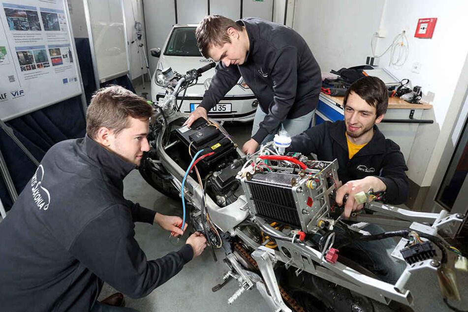 An der TU entsteht sogar ein Motorrad - daran arbeiten hier Vojtech Merta (20), Vojtech Dolejsi (20) und André Bürger (22).