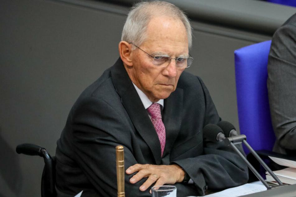 Wolfgang Schäuble sitzt an seinem Platz im Bundestag.