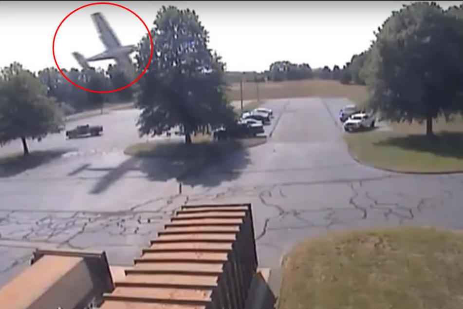 Schock-Video: Flugzeug rauscht unaufhaltsam in einen Baum