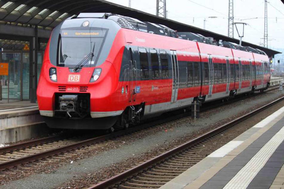 Der Mann starb in einem Regionalzug im Nürnberger Land. Seine Ersthelfer könnten sich bei ihm infiziert haben.