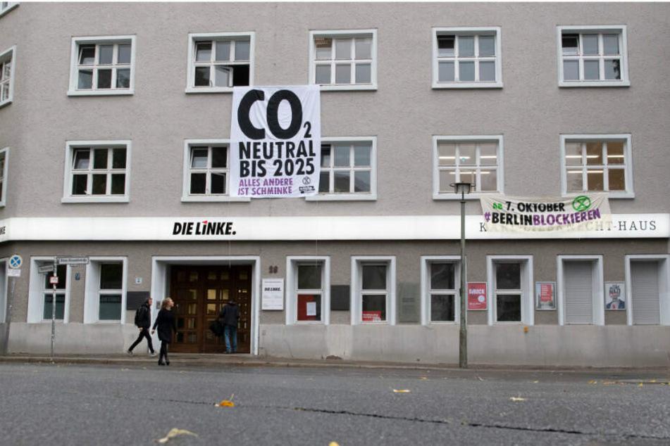 """Aktivisten der Umweltschutzorganisation """"Extinction Rebellion"""" sind in die Zentrale der Bundespartei """"Die Linke"""" eingedrungen und haben ein Transparent zwischen zwei Fenstern aufgehangen."""