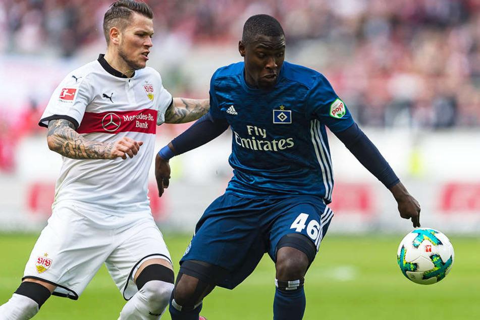 Stephan Ambrosius bei seinem Bundesliga-Debüt im Duell mit Stuttgarts Daniel Ginczek.