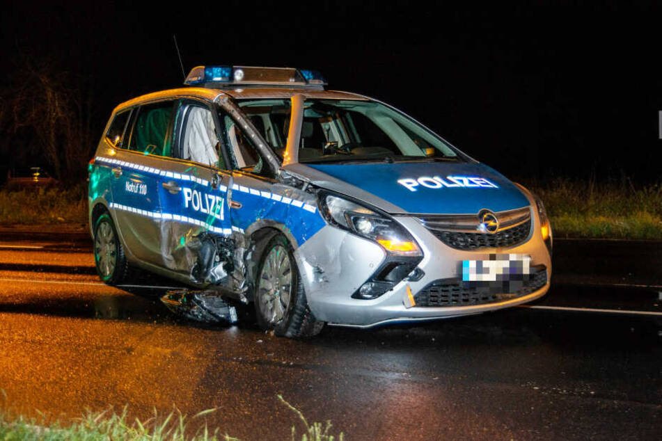 Zwei der drei im Streifenwagen befindlichen Polizisten wurden schwer verletzt.